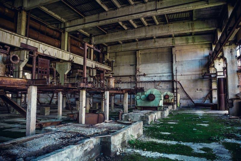 Ruïnes van verlaten industriële fabriek, de grote pakhuis of hangaarbouw met roestige materiaal en werktuigmachines royalty-vrije stock fotografie