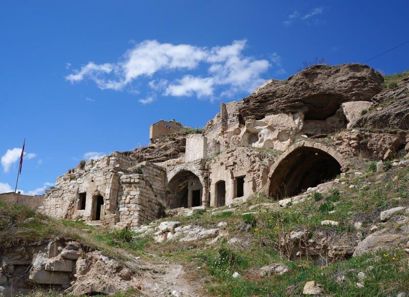 Ruïnes van verlaten oude huizen op de bovenkant van Avanos-heuvel Turkije, Cappadocia stock fotografie