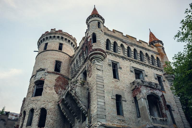 Ruïnes van vernietigd oud kasteel van landgoed van Khrapovitsky in Muromtsevo, Rusland stock fotografie