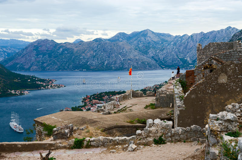 Ruïnes van vesting van St John (Illyrian-fort) boven Kotor, Monte stock afbeelding
