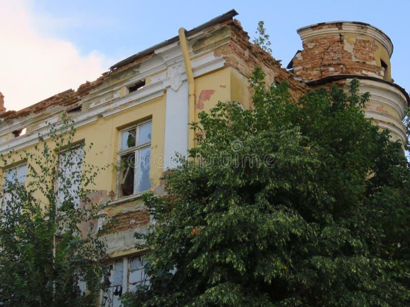 Ruïnes van voorgevel van een verlaten geruïneerd gebouw stock afbeeldingen