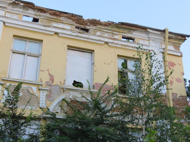 Ruïnes van voorgevel van een verlaten geruïneerd gebouw stock foto