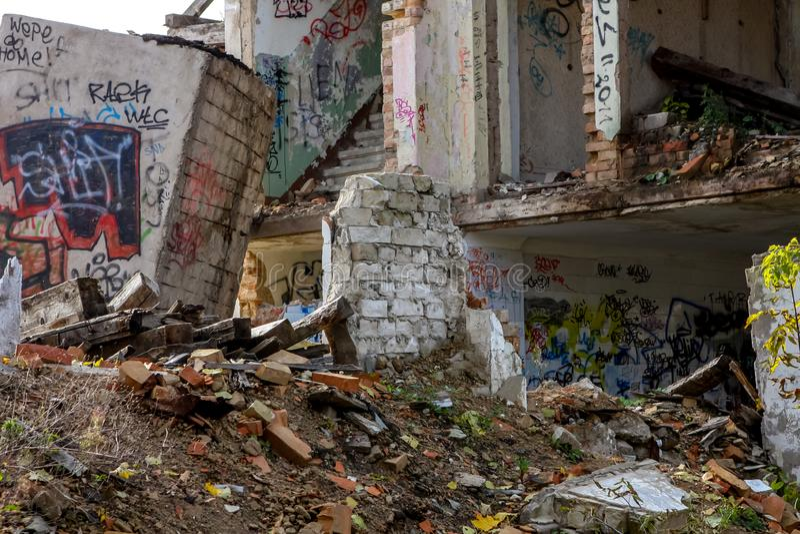 Ruïnes van wit bakstenenhuis stock foto