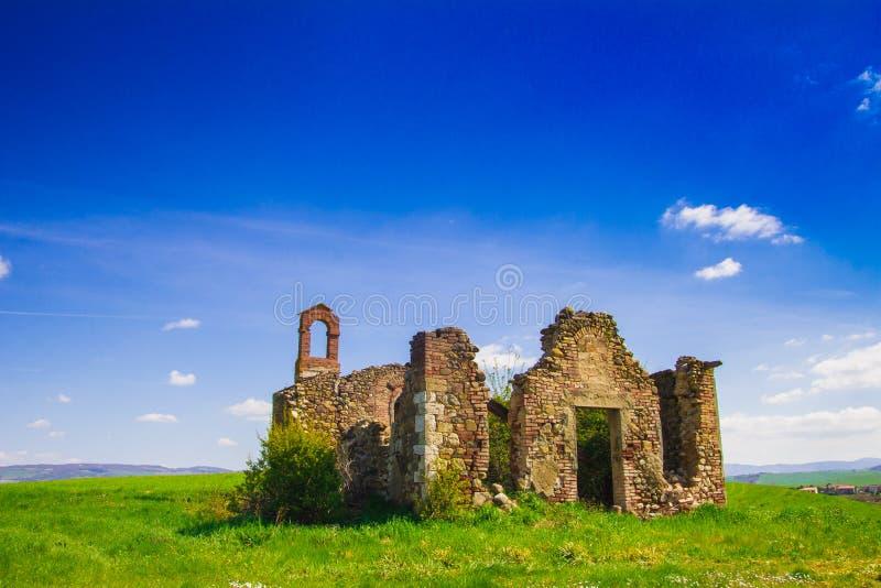 Ruïneskerk in Val-d'orcia royalty-vrije stock fotografie