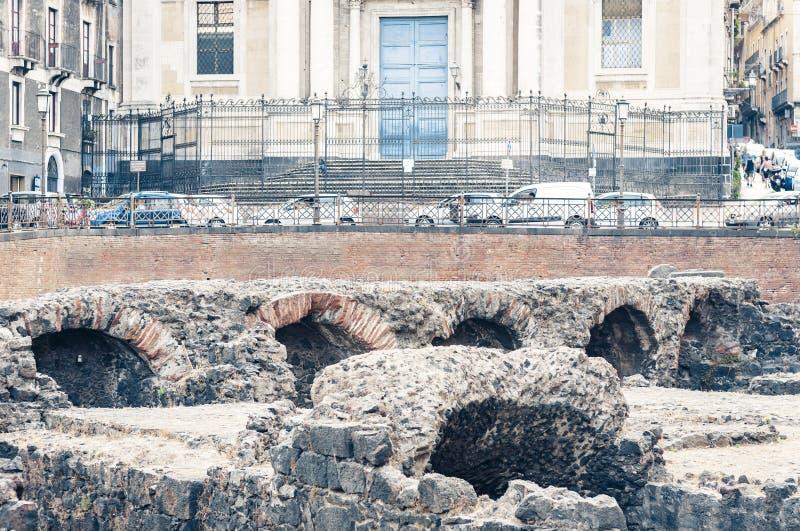Ru?nas do romano romano antigo de Anfiteatro do anfiteatro em Catania, Sic?lia, It?lia fotografia de stock royalty free