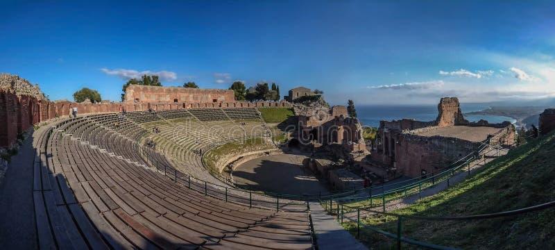 Ru?nas do teatro do grego cl?ssico em Taormina, Sic?lia, It?lia foto de stock royalty free