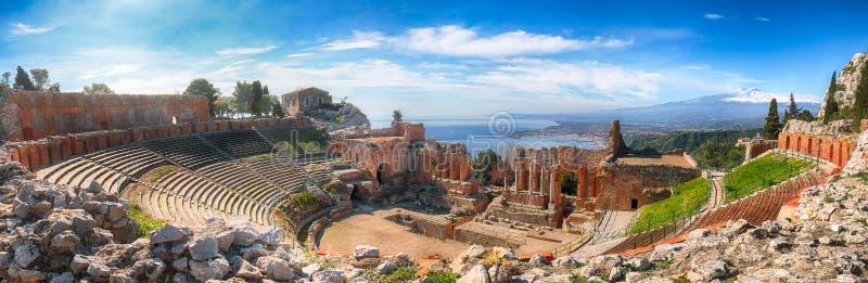 Ru?nas do teatro do grego cl?ssico no vulc?o de Taormina e de Etna no fundo fotos de stock