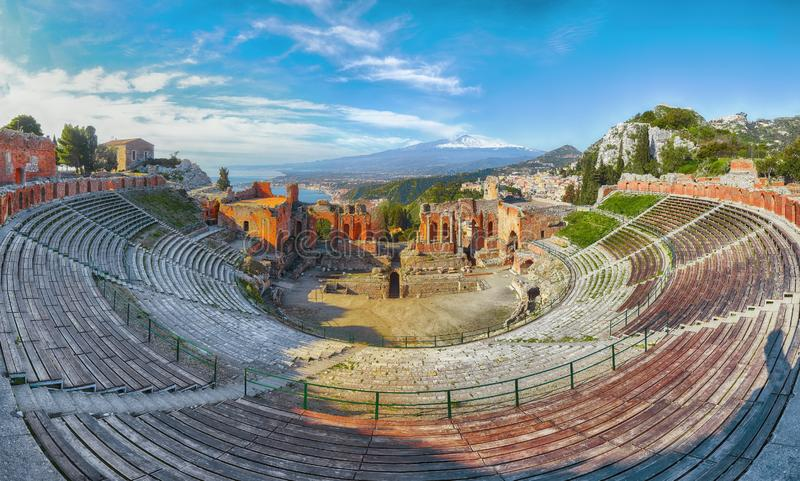 Ru?nas do teatro do grego cl?ssico no vulc?o de Taormina e de Etna no fundo imagens de stock