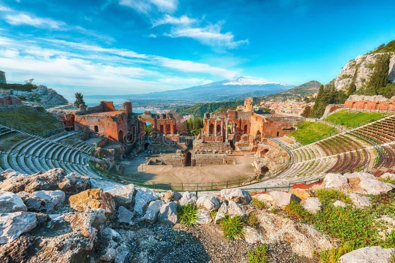 Ru?nas do teatro do grego cl?ssico no vulc?o de Taormina e de Etna no fundo imagens de stock royalty free