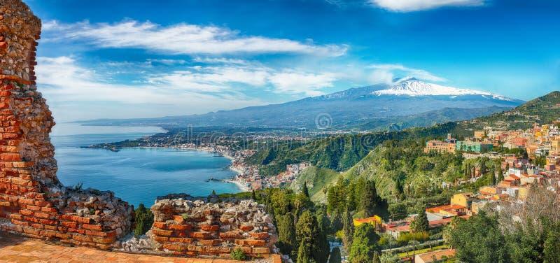 Ru?nas do teatro do grego cl?ssico no vulc?o de Taormina e de Etna no fundo foto de stock
