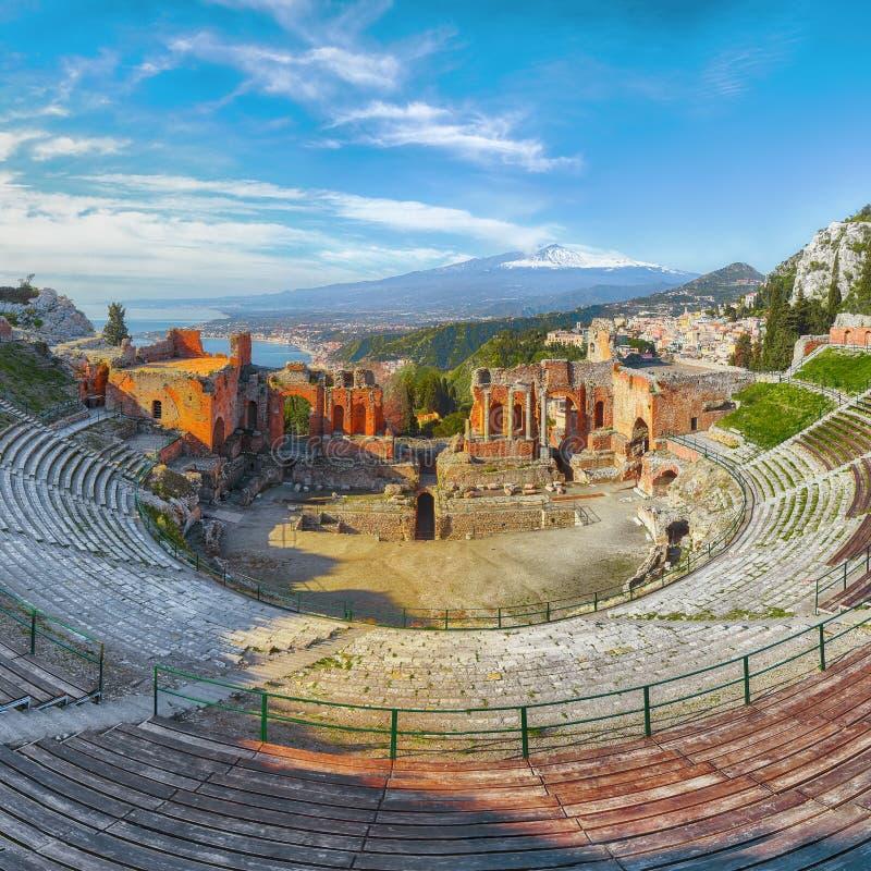 Ru?nas do teatro do grego cl?ssico no vulc?o de Taormina e de Etna no fundo imagem de stock royalty free