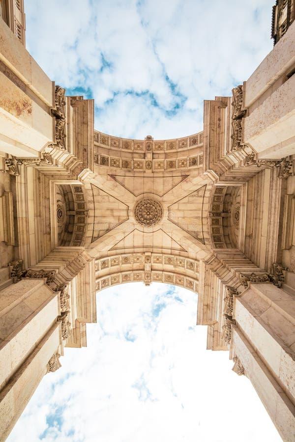 Rua奥古斯塔凯旋门在里斯本的历史的中心在葡萄牙 免版税库存图片