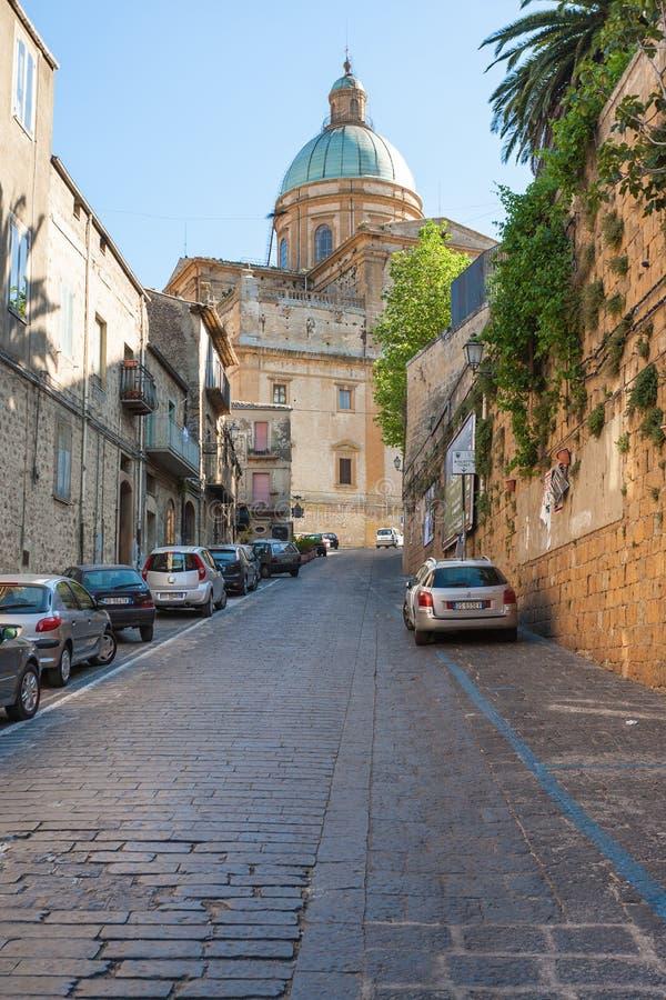 Rua à catedral do domo na praça Armerina foto de stock royalty free