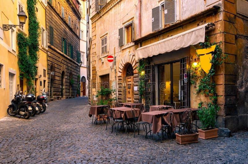 Rua acolhedor em Roma, Itália imagens de stock royalty free