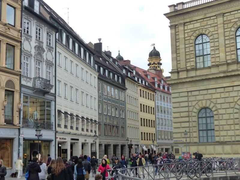 Rua aglomerada característica de Munich em Alemanha fotos de stock