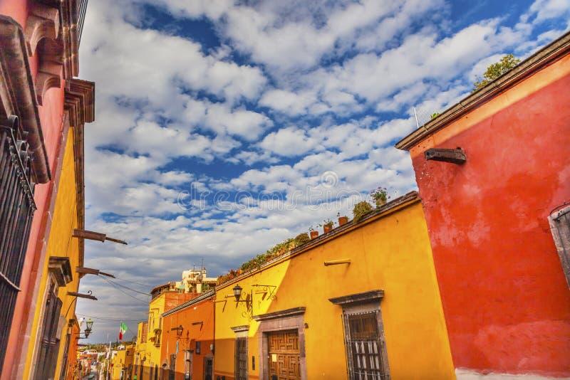 Rua alaranjada amarela San Miguel de Allende Mexico da cidade fotos de stock