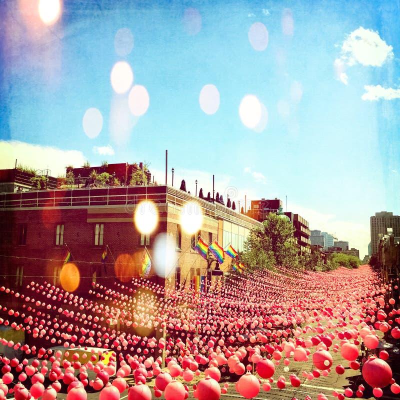 Rua alegre do verão na vizinhança alegre decorada com bal cor-de-rosa foto de stock
