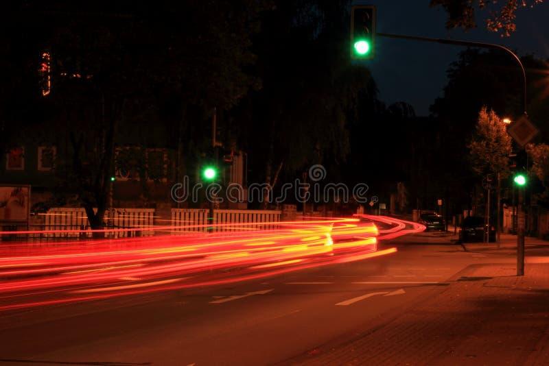 Rua alemão da cidade da noite com sinal verde imagens de stock