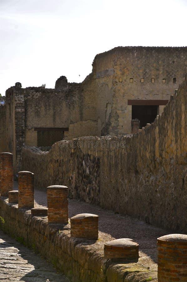 Rua antiga com colunas, Herculaneum imagens de stock