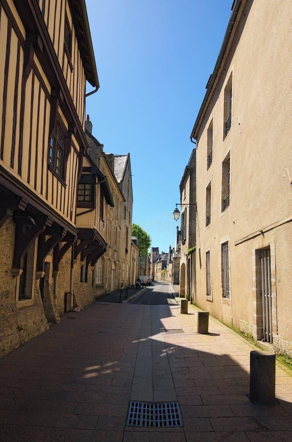 A rua antiga longa com construções típicas no ele cidade de Normandy departamento de Bayeux, Calvados de Normandy, França imagem de stock royalty free