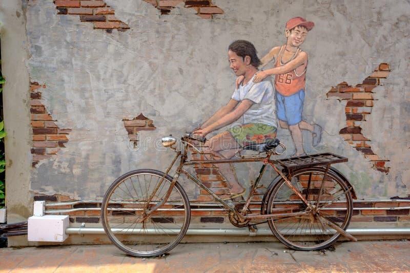 RUA ART Painting o na equitação feliz da menina da parede na bicicleta dentro imagem de stock royalty free