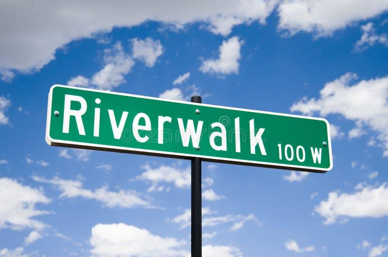 A rua assina dentro no Riverwalk no povoado indígeno Colorado foto de stock royalty free