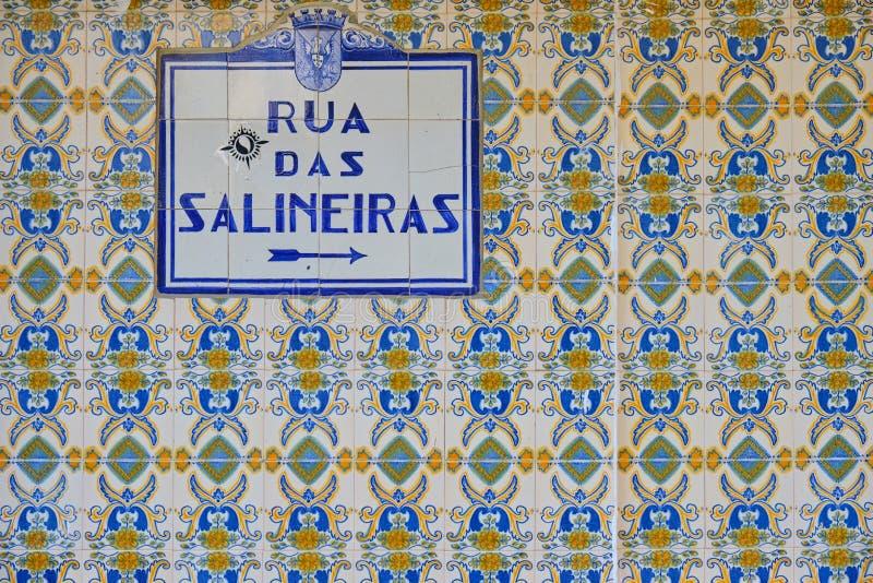 A rua assina dentro Portugal Telhas azuis imagem de stock