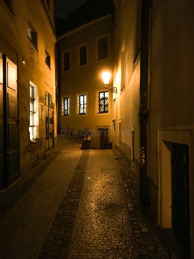 Rua assustador na noite em Praga fotografia de stock