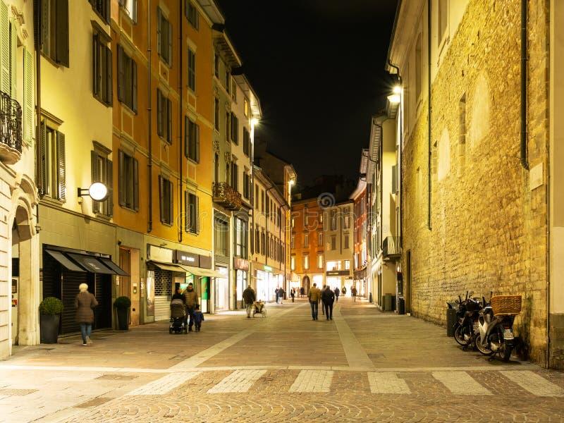 Rua através XX de Settembre na cidade de Bergamo na noite fotografia de stock