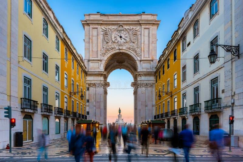 Rua Augusta Arch i Lissabon Portugal runt om solnedgång royaltyfria foton