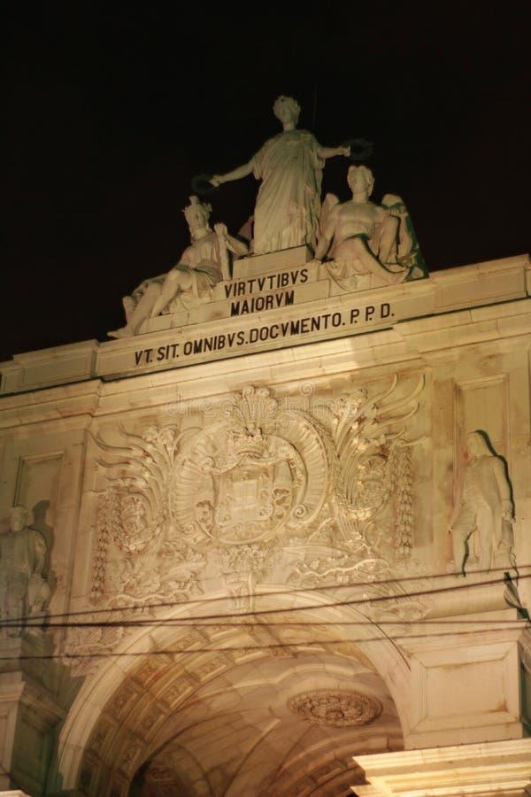 Rua Augusta Arch illuminata alla notte a Lisbona fotografie stock