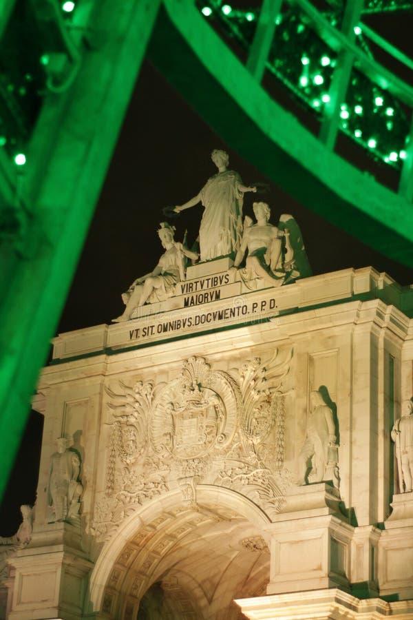 Rua Augusta Arch illuminata alla notte a Lisbona immagini stock libere da diritti