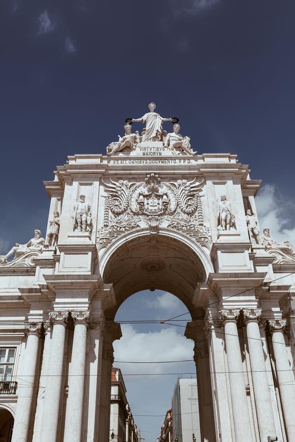 Rua Augusta Arch sul quadrato di commercio a Lisbona, Portogallo - copi lo spazio immagine stock libera da diritti