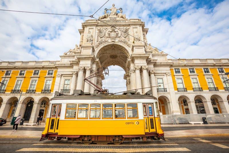 Rua Augusta båge och spårvagn i den historiska mitten av Lissabon i Portugal royaltyfria bilder