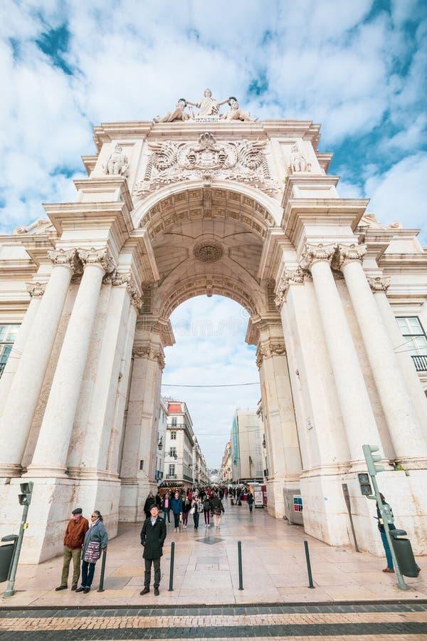 Rua Augusta triumf- båge i den historiska mitten av staden av Lissabon i Portugal royaltyfri bild