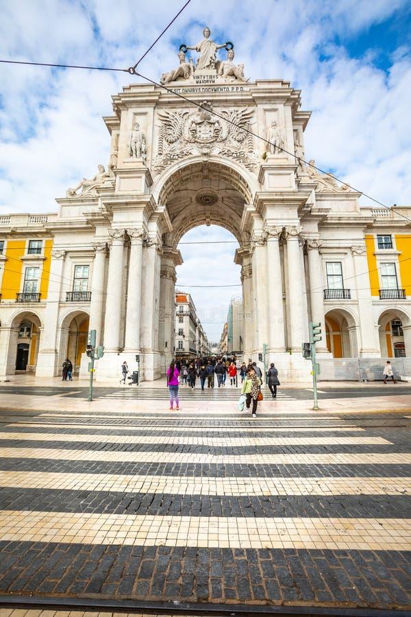 Rua Augusta triumf- båge i den historiska mitten av staden av Lissabon i Portugal royaltyfri foto