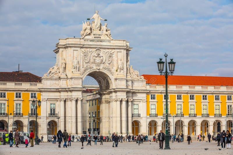 Rua Augusta triumf- båge i den historiska mitten av staden av Lissabon i Portugal royaltyfria bilder