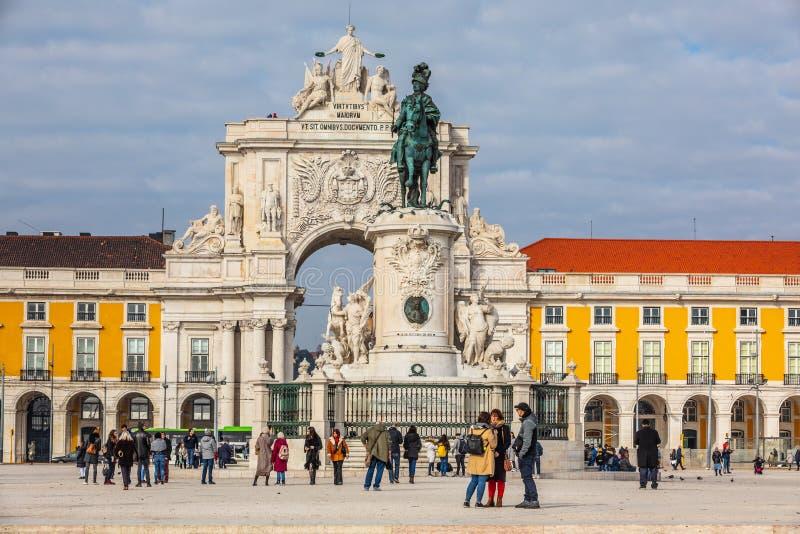 Rua Augusta triumf- båge och staty av konungen José I i den historiska mitten av staden av Lissabon i Portugal arkivbilder
