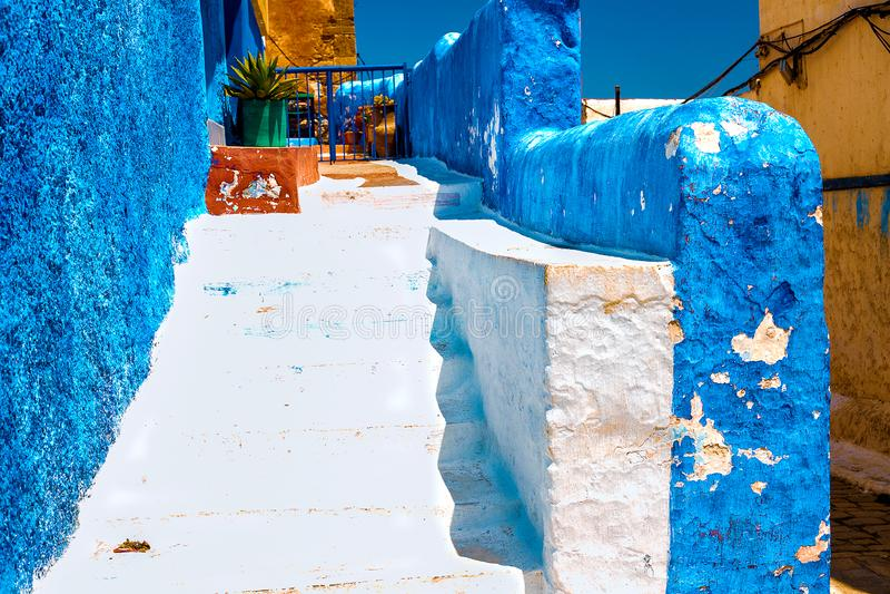 Rua azul e branca no DES Oudaias de Kasbah em Rabat Marrocos foto de stock