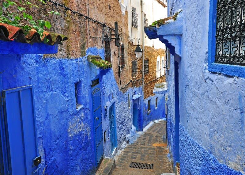 Rua azul na cidade velha de Chefchaouen imagem de stock