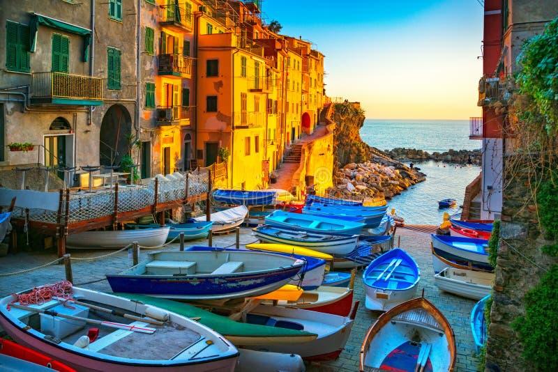 Rua, barcos e mar da vila de Riomaggiore Cinque Terre, Ligury, imagem de stock