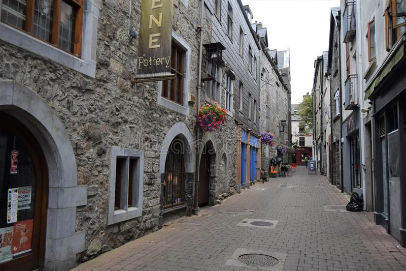 Rua bastante estreita da cidade velha foto de stock
