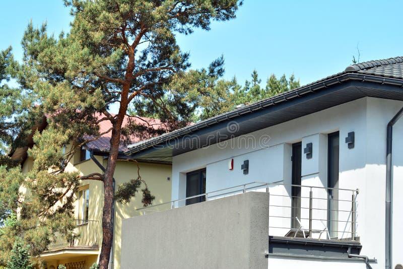 Rua bonita com as casas residenciais modernas no dia ensolarado do verão foto de stock