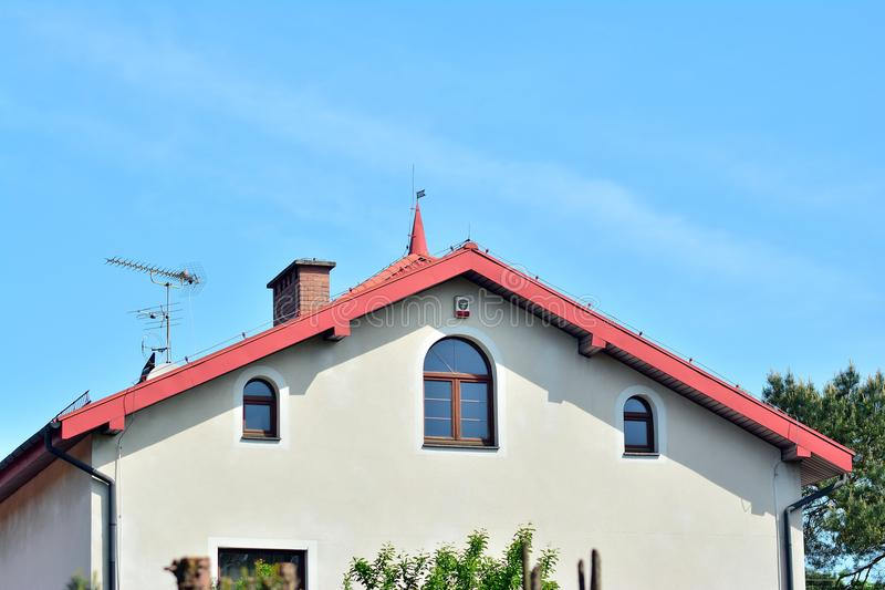 Rua bonita com as casas residenciais modernas no dia ensolarado do verão fotografia de stock royalty free