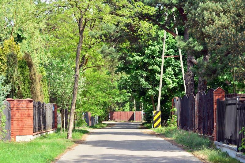 Rua bonita com as casas residenciais modernas no dia ensolarado do verão imagens de stock