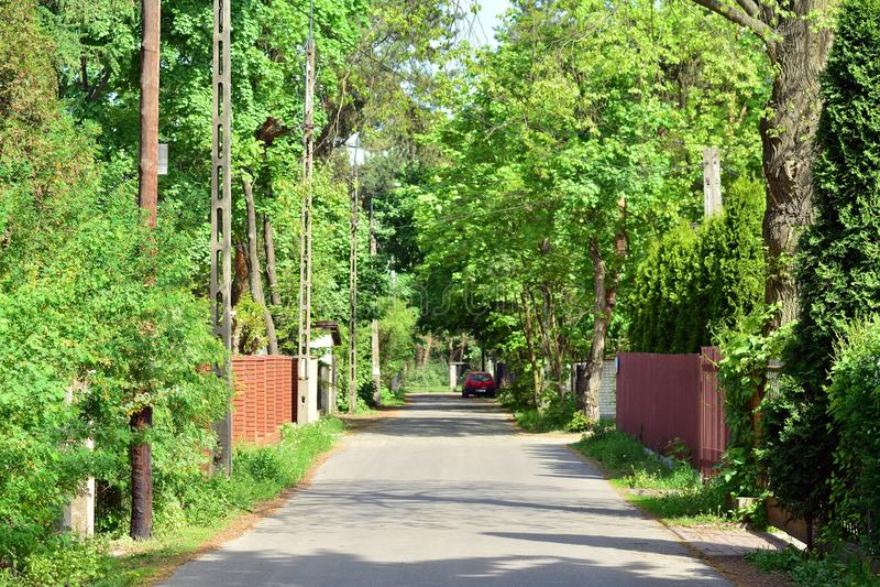 Rua bonita com as casas residenciais modernas no dia ensolarado do verão imagens de stock royalty free