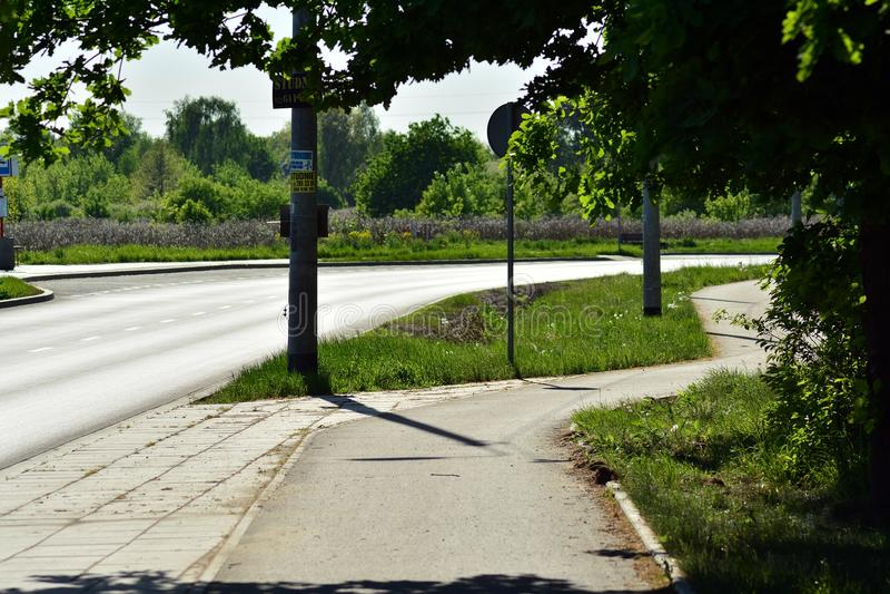 Rua bonita com as casas residenciais modernas no dia ensolarado do verão fotografia de stock