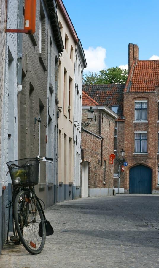 Rua bonita com a bicicleta em Bruges, Bélgica imagens de stock royalty free