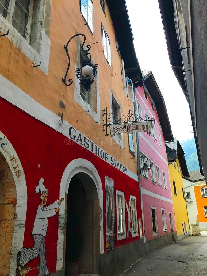 A rua bonita com vista bonita em Áustria fotos de stock