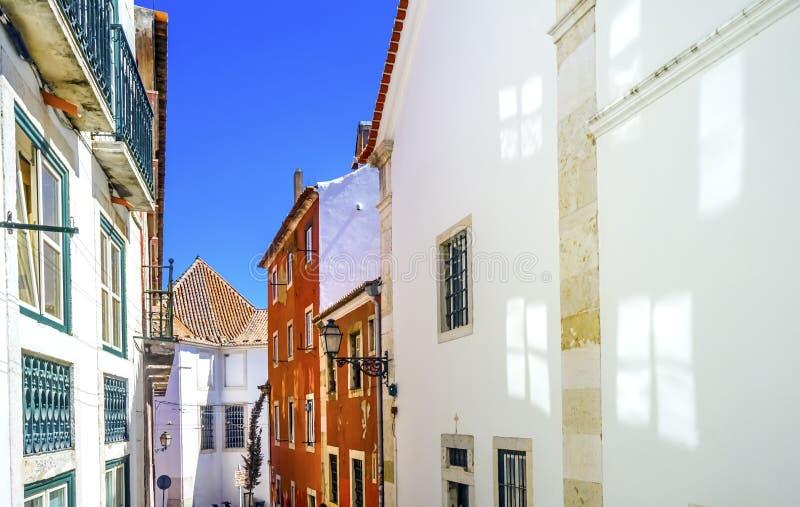 A rua branca Portas faz Sol Alfama Lisbon Portugal fotografia de stock